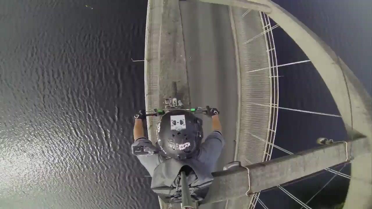 Проехать по укреплению моста ради крутого видео!