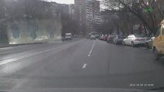 Дорога, женщина и пешеход
